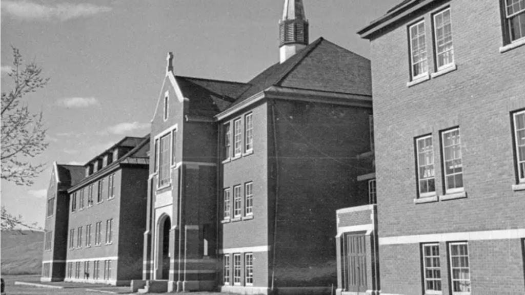 Интернатът е функционирал до 1978 г. Library and Archives Canada.