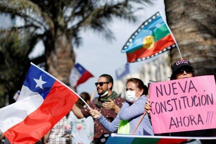 Исканията за нова, социална конституция са засилиха още повече покрай болезнения ефект от пандемията. Снимка: americaeconomia.com
