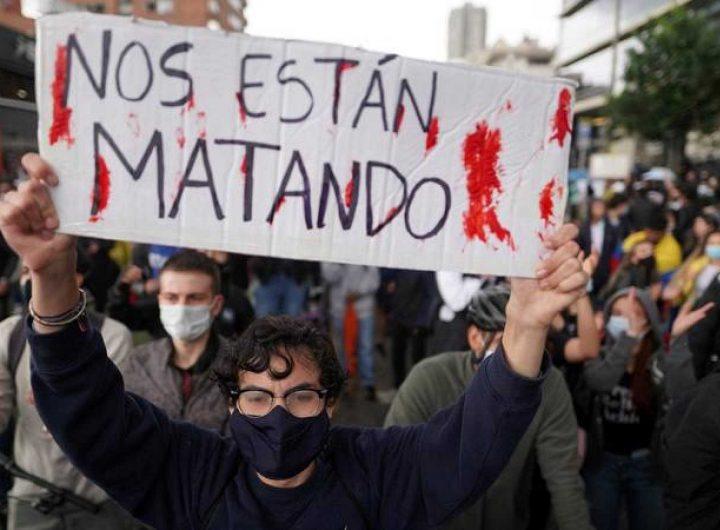 """""""Убиват ни!"""", пише на този плакат, издигнат по време на демонстрация в колумбийската столица Богота. Снимка: rtve.es"""