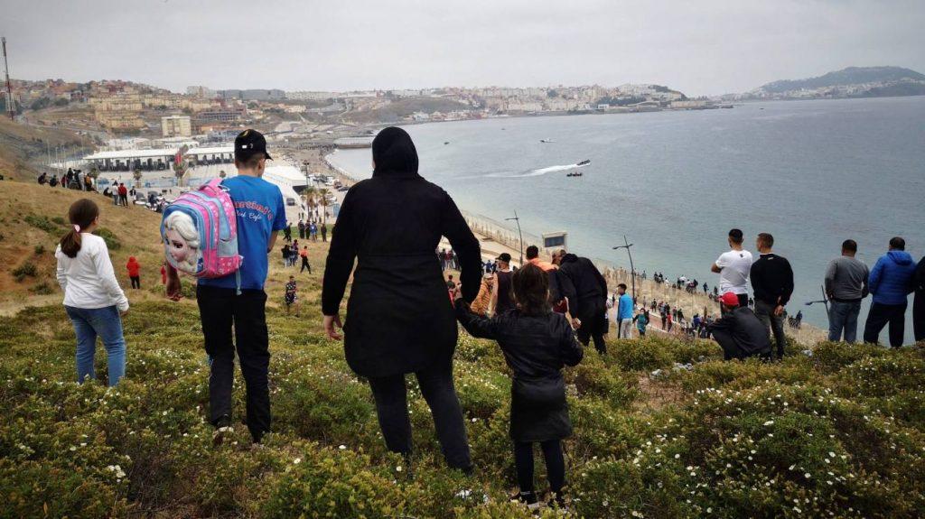 За 2 дни около 8000 души нахлуха по суша и по море от Мароко в испанския анклав Сеута. Снимка: elconfidencial.com