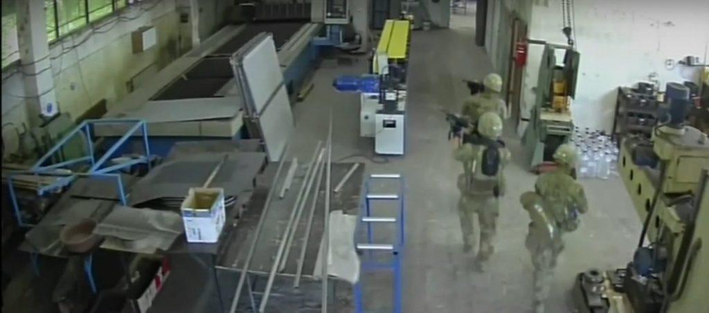 Кадър от охранителните камери в цеха в Чешнегирово с нахлулите US войници. Снимка от телевизионния екран