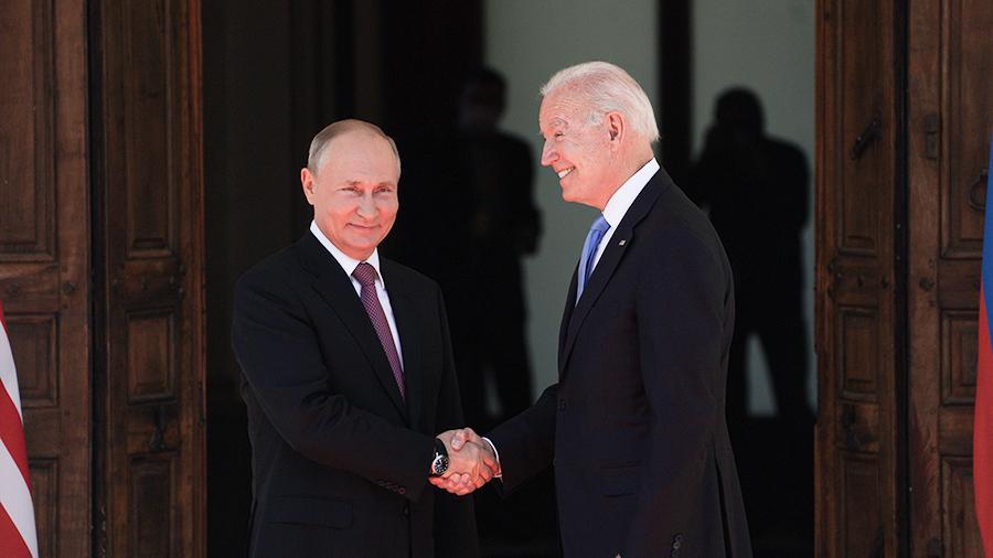 """Владимир Путин и Джо Байдън се ръкуваха на влизане в женевската вила """"Ла Гранж"""", където се състоя срещата им. Снимка: iz.ru"""