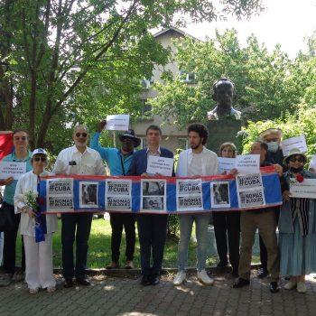 Българи и кубинци настояха пред паметника на Хосе Марти в София за отмяна на антикулинската блокада на САЩ. Снимка: Къдринка Къдринова
