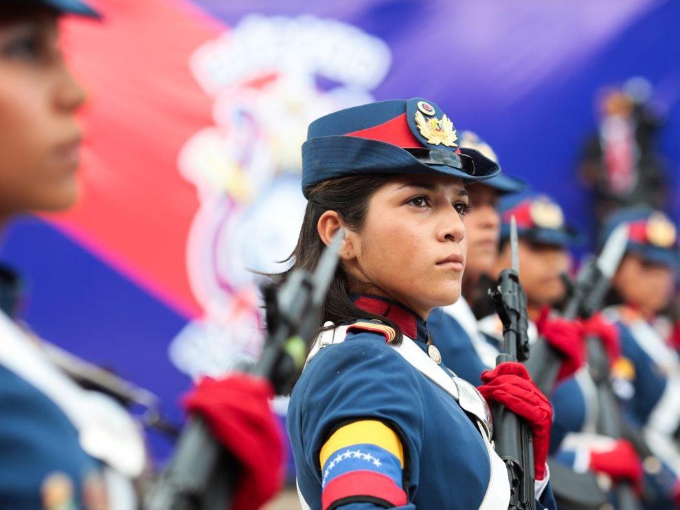 В тържествата ва Карабобо участваха и млади венесуелки, служещи в Боливарската армия. Снимка: defensa.com