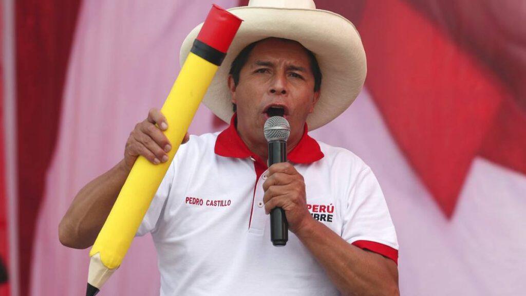 На митингите си Педро Кастийо винаги се появява с голям макет на училищен молив и с широкопола шапка на селски труженик - ясни символи за избирателите му. Снимка: semana.com