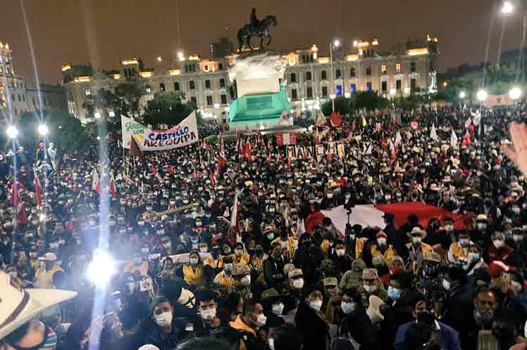 """Митингът в подкрепа на Педро Кастийо на централния площад """"Сан Мартин"""" в Лима на 19 юни. Снимка: prensa-latina.cu"""