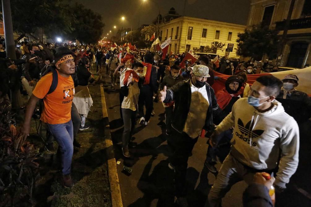 Привърженици на Кейко Фухимори (вляво) се карат с фенове на Педро Кастийо (вдясно) в Лима в нощта след изборите на 6 юни. Снимка: EFE