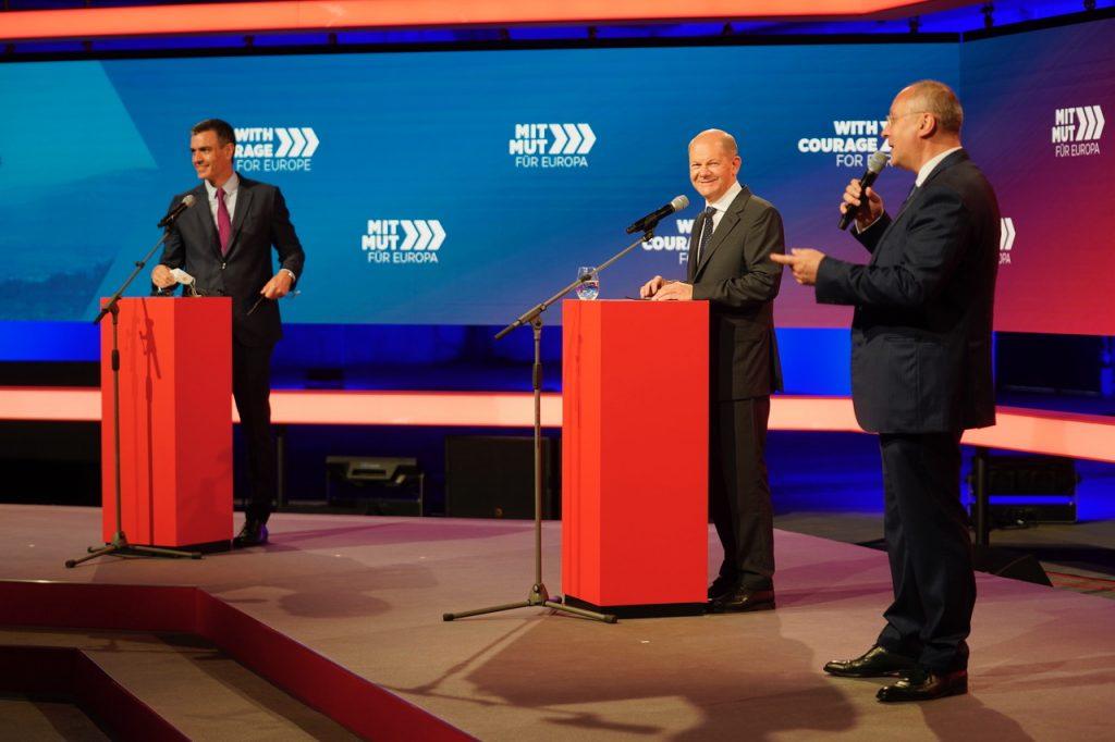 """От ляво надясно: Педро Санчес, Олаф Шолц и Сергей станишев по време на конференцията в Берлин """"С кураж за Европа""""."""