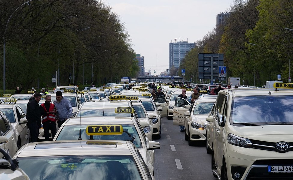 large_1200px-Taxi_protest_in_Berlin_10-04-2019_04