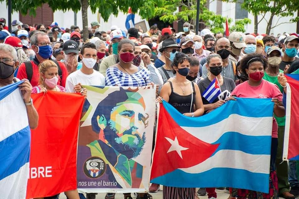 Жители на град Камагуей излязоха с портрети на Фидел Кастро да изразяват подкрепа на революцията. Снимка: granma.cu
