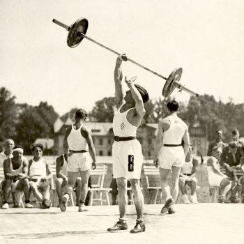 """Вдигачи на тежести демонстрират сила на втората работническа олимпиада в """"червена"""" Виена, Австрия, 1931 г. (ASKÖ)"""