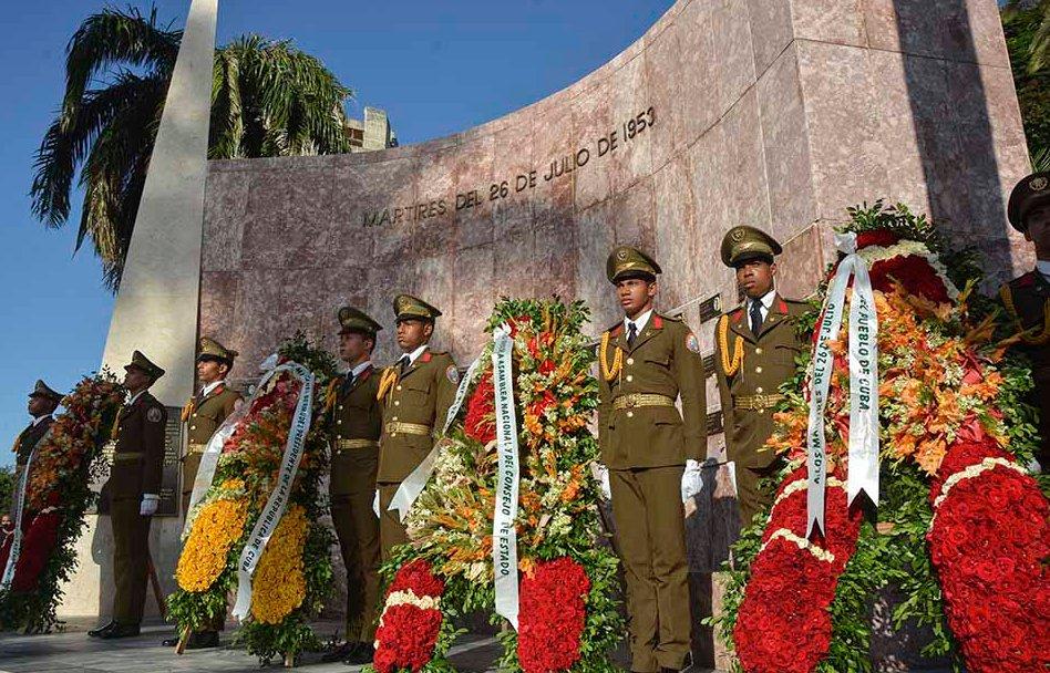 """По време на възпоменателната церемония в Сантяго де Куба пред мемориала """"Мъченици на 26 юли 1953 г."""". Снимка: Juventud Rebelde"""