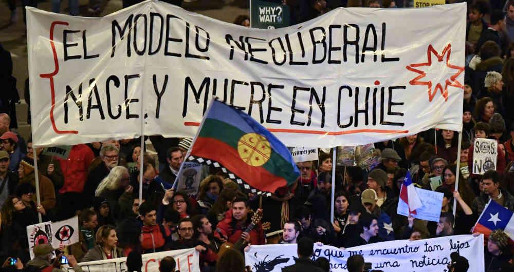 """""""Неолибералният модел се ражда и умира в Чили"""" - любимият лозунг на чилийските протести. Снимка: semana.com"""