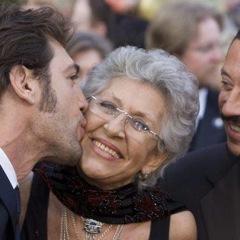 Пилар Бардем със синовете си - актьорите Хавиер Бардем (вляво) и Карлос Бардем. Снимка: Туитър