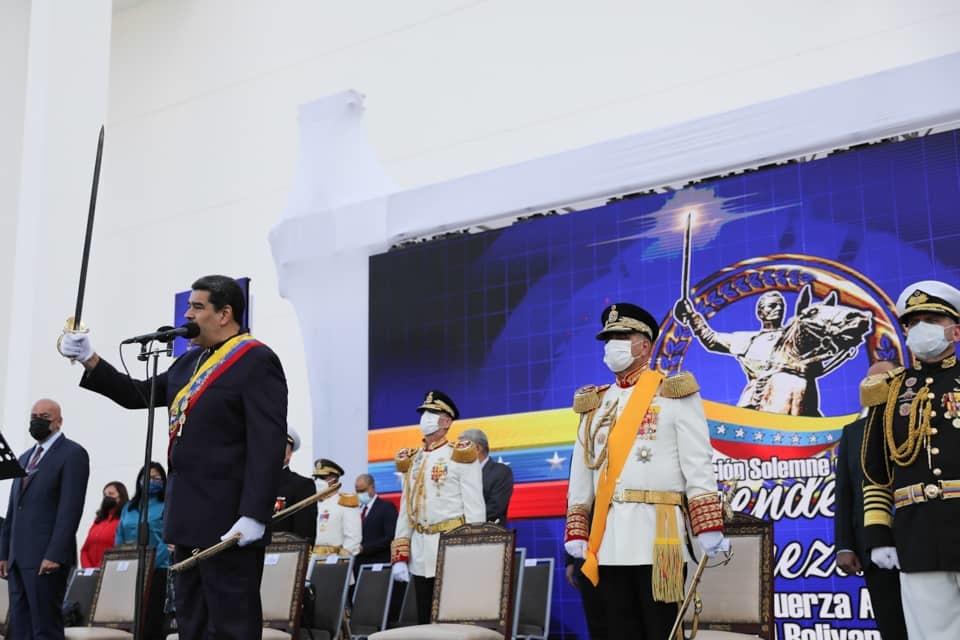 Президентът Николас Мадуро държа реч, издигнал в ръка златната сабя на Симон Боливар. Снимка: Prensa Presidencial