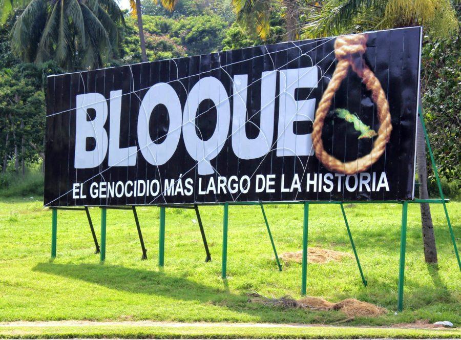 """Кубински билборд с надпис: """"Блокадата - най-дългият геноцид в историята"""". Снимка: cubadebate.cu"""
