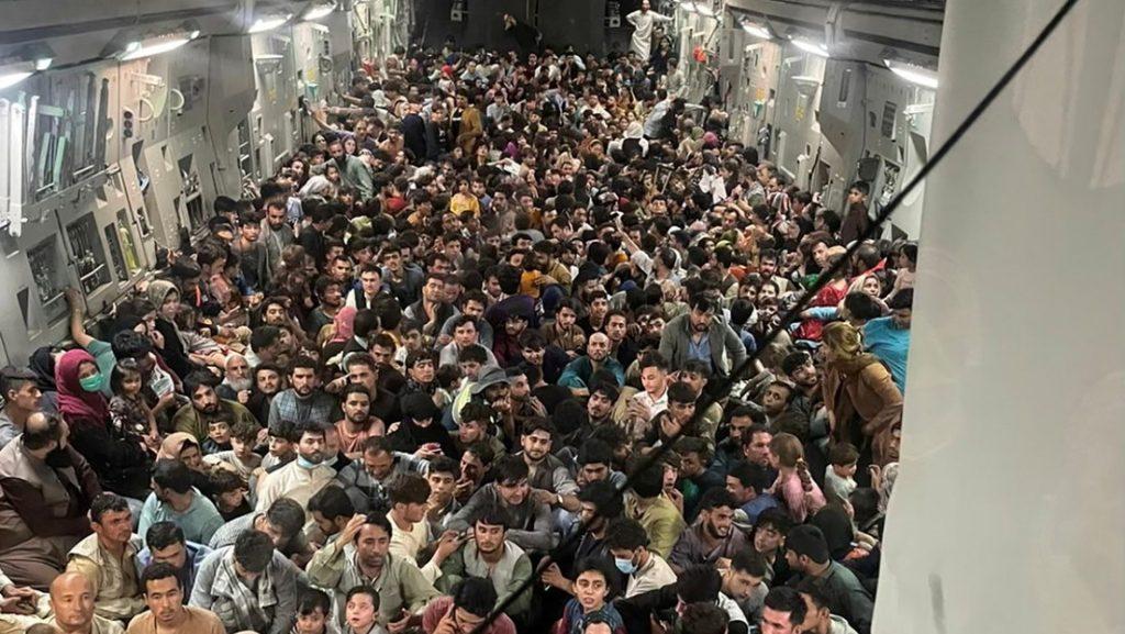 Тази снимка от вътрешността на самолет, изпълнен с бягащи от завзетата си от талибани родина афганистанци, обиколи тези дни социалните мрежи и световни медии. Източник: Туитър