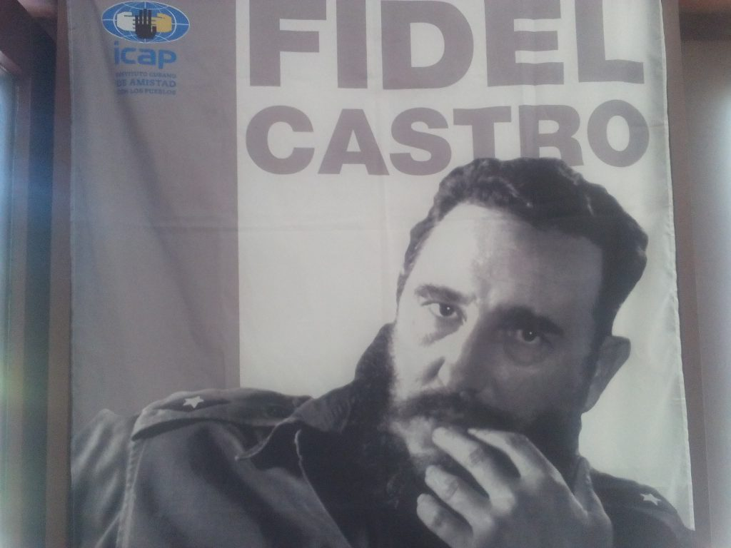 Голям плакат с лика на Фидел гледаше от стената в залата на кубинското посолство към присъстващите на възпоменанието. Снимка: Къдринка Къдринова