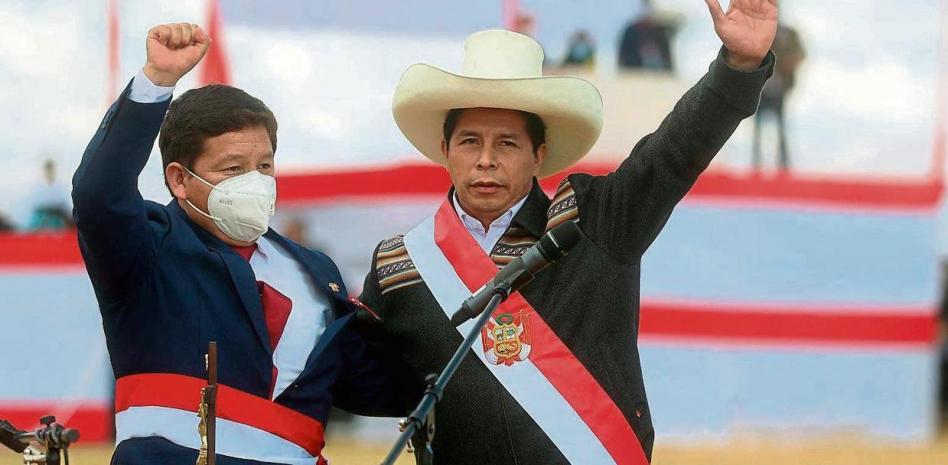 Новият президент на Перу Педро Кастийо (с шапката) представи на церемония в Аякучо своя избор за премиер - Гидо Бейидо, срещу когото обаче десницата скочи веднага. Снимка: EFE