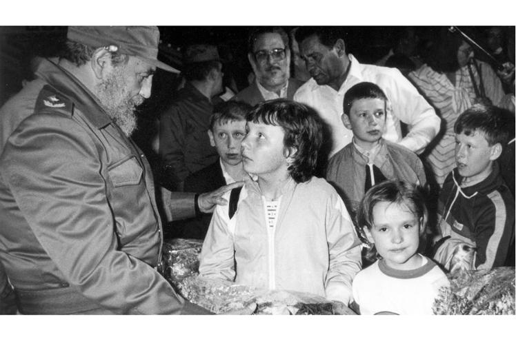 Кубинският лидер Фидел Кастро лично посреща самолетите с деца, пострадали от Чернобил, при пристигането им в Куба. Снимка: prensa-latina.cu