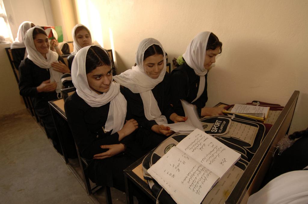 Млади афганистански жени по време на езиков курс в училище в град Кандахар, Афганистан, 15 февруари 2006 г.