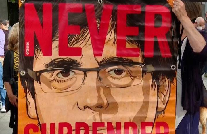 Протестиращи пред италианското консулство в Барселона искат пускането на Пучдемон на свобода. Снимка: lavanguarda.com