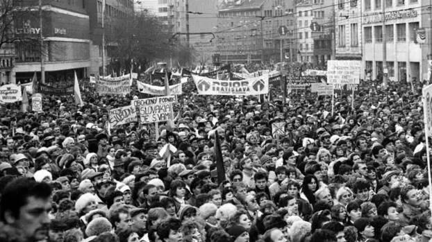 Демонстрация в словашката столица Братислава по време на Нежната революция на 27 ноември 1989 г.  picture alliance / CTK | Rychlo Ivan