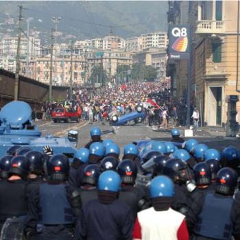 Кадър от протестите срещу срещата на Г8 в Генуа през 2001 г.