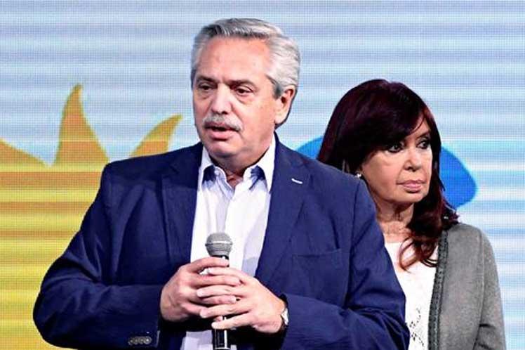 Аржентинският президент Алберто Фернандес обеща да извлече поуки от изборния разгром. До него в нощта след вота на 12 септември бе вицепрезидентката Кристина Фернандес де Киршнер. Снимка: resumenlatinoamericano.org