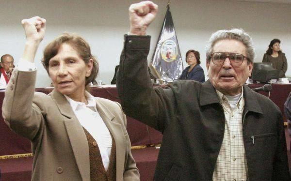 Абимаел Гусман и жена му Елена Ипарагире по време на един от процесите им за обжалване. Снимка: resumenlatinoamericano.org