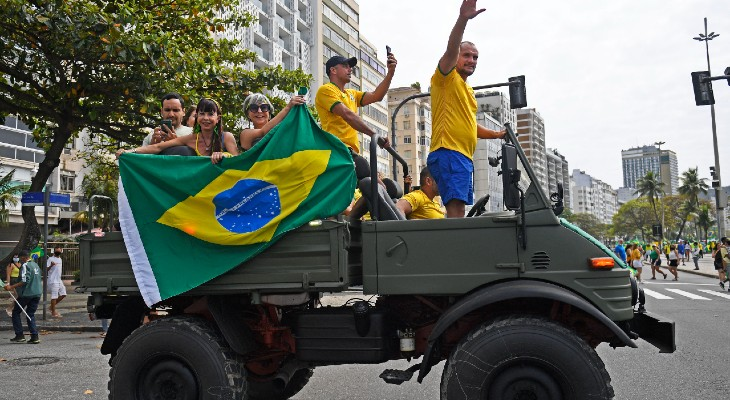Болсонаристи, призовани от кумира си, излязоха по улиците на Бразилия да клеймят Върховния съд и парламента, като мнозина са искрено убедени, че така бранят правата на народа, без да осъзнават, че ги използват за бухалка срещу демокрацията. Снимка: hoydia.com.ar