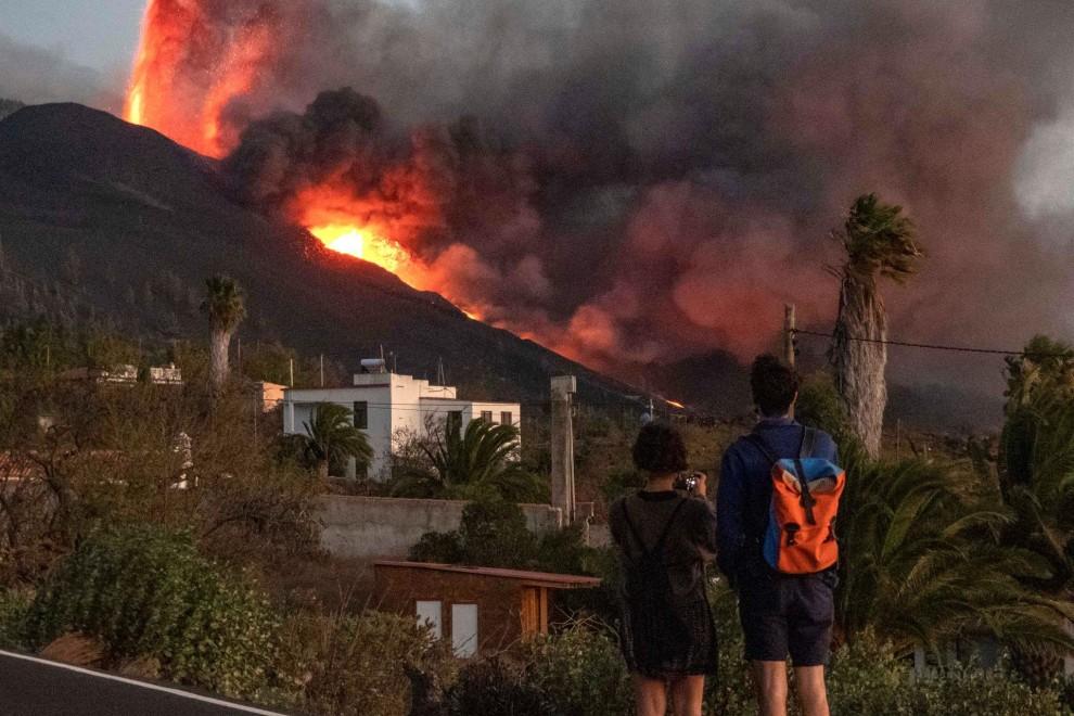Апокалиптичната гледка на изригващия вулкан Кумбре виеха оставя трайни психологически поражения дори у жителите на остров Ла Палма, които не са пострадали пряко от бедствието. Снимка: EFE