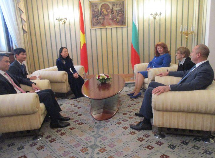 Румен Радев и Илияна Йотова разговаряха в президентството с гостуващата вицепрезидентка на Виетнам Во Тхи Ан Суан. Снимка: Къдринка Къдринова