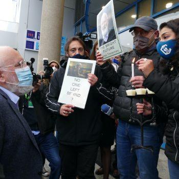 """Синдикалисти, сред които и Ваня Григорова от КТ """"Подкрепа"""" (със синята маска), пресрещнаха с протест срещу високата социална цена на зеления преход зам.-председателя на ЕК Франс Тимерманск пред входа в залата на конференцията тъкмо за този преход. Снимка: КТ """"Подкрепа"""""""