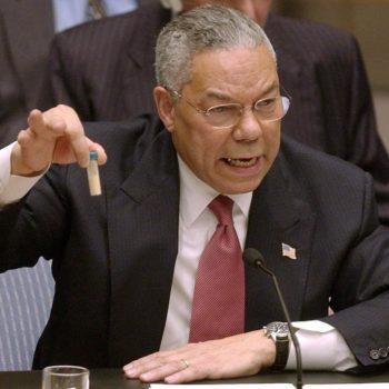 Колин Пауъл по време на прословутата си реч, оправдаваща инвазията в Ирак.