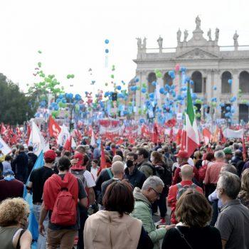 """200-хилядно множество изпълни площад """"Сан Джовани"""" в Рим, за да настои: """"Никога повече фашизъм!"""" Снимка: lastampa.it"""