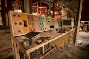Електронно табло в изоставена фабрика за стъкло